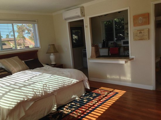 The Tides Laguna Beach: Large sunny room with full kitchen/breakfast bar.