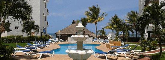 Las Perlas Condos: Hotel Imperial las Perlas Pool area