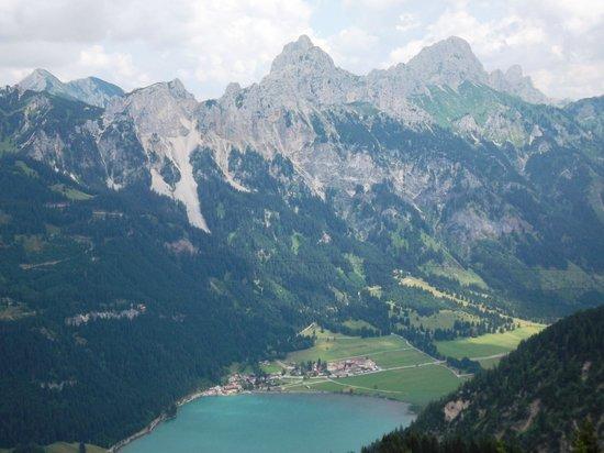 Nesselwaengle, Österreich: Blick vom Neunerköpfle auf Nesselwängle mit der Tannheimer Gruppe (Roth Flüh, Gimpel & Köllenspi