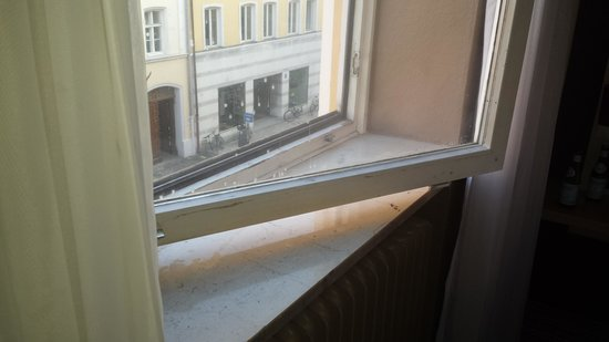 Leonardo Boutique Hotel: Dirty windows