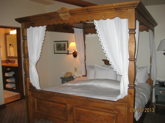 Goldener Hirsch Inn: Suite bedroom