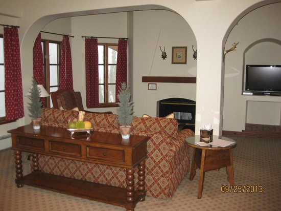 Goldener Hirsch Inn: Suite living room