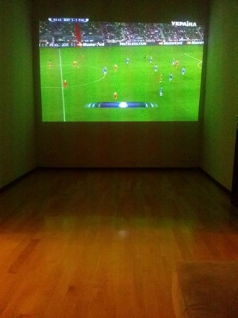 2 Lions Hostel Striletskyi: Our common room with big screen