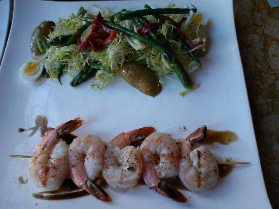 Apple Pie Bakery Cafe: Grilled Shrimp & Nicoise salad with quail eggs