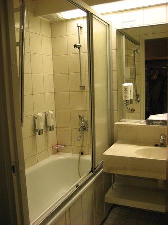 Original Sokos Hotel Presidentti: ソコスホテル バスルーム