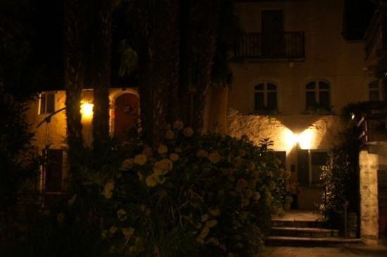 Casa Emmaus bei Nacht