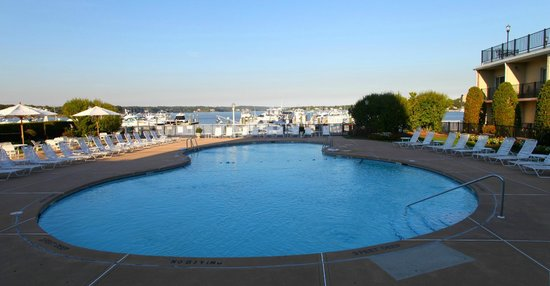 Molly Pitcher Inn: Nice pool with a view