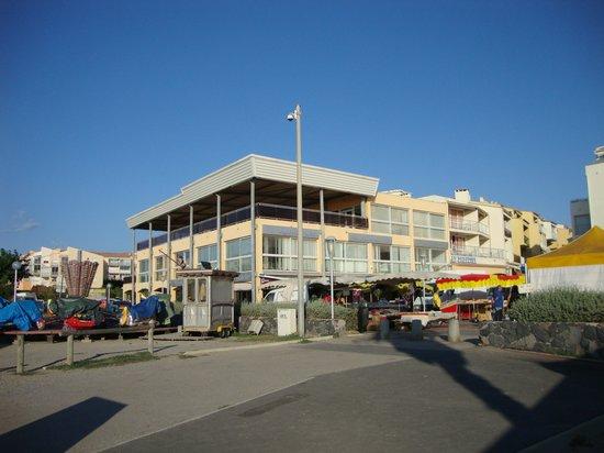 Hotel Sablotel: Sicht vom Strand mit der Frühstücksterrasse
