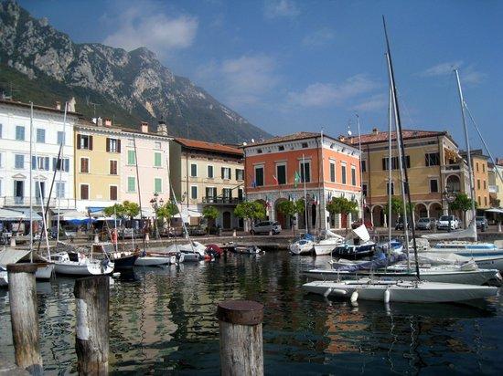 Hotel Villa Giulia: Town of Gargnano is literally a 5 minute walk away