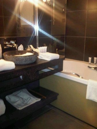 Hotel Au Coeur du Village : Bathroom