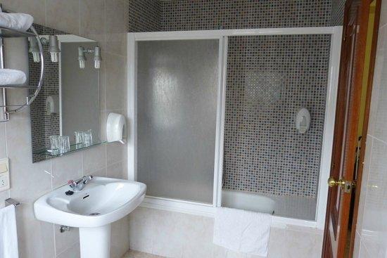 Hotel Carlos 96: Spacious bathroom