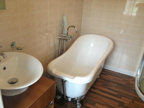 Moorland Hotel: large rool top bath