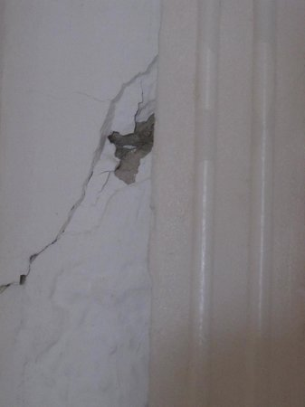 Portonovo Apartments: cracked walls