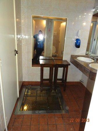 Antigua Tasca de Cuchilleros: Banheiro onde está túnel