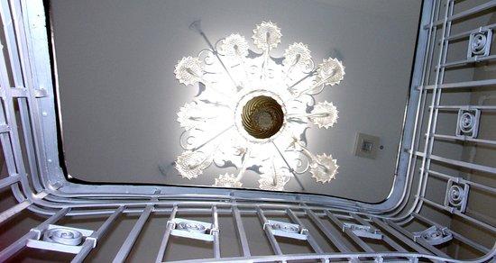 Apartmenthotel Kaiser Karl Bonn: Muranoleuchter Treppenaus