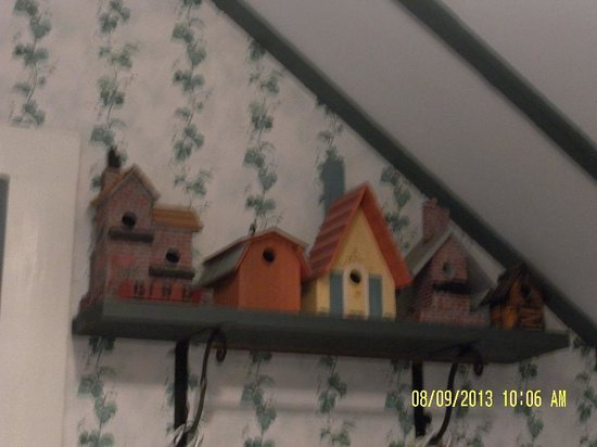 Old Tower House B&B: Bird houses adorn the Cottage
