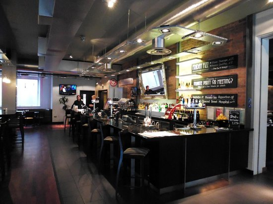 Premier Inn Birmingham City Centre (Waterloo Street) Hotel: Bar area,