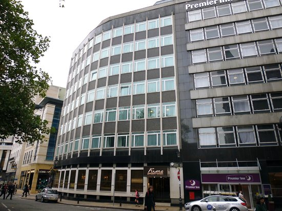 Premier Inn Birmingham City Centre (Waterloo Street) Hotel: Exterior view of hotel, rooms follow around curve of building.