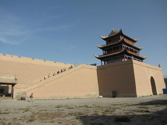 Jiayuguan Fortress: Building over the main gate