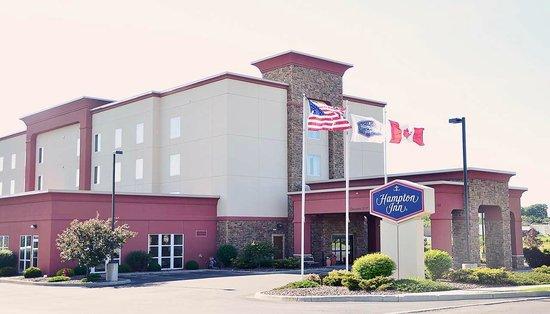 Hampton Inn Watertown: Hotel exterior