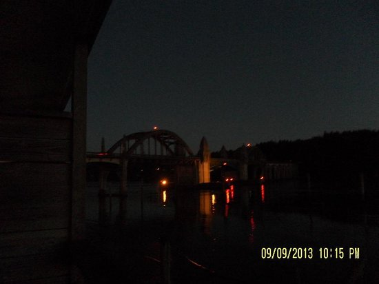 River House Inn : Bridge at night