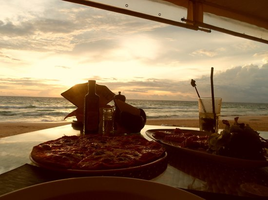 Andaman White Beach Resort: early dinner at the pizzeria on the beach