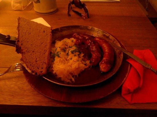 Gasthaus zum Riesen: Fraenkische Bratwurst mit Suerkraut und Brot