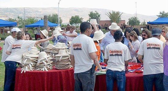 Couleurs Berberes : Distribution de chapeau de paille
