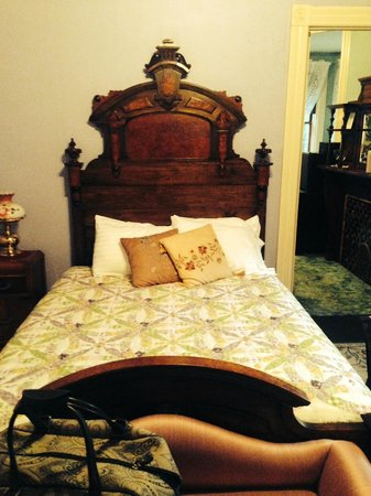 DeFeo's Manor B&B: Comfy bed