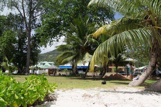 Pirogue Lodge : vue de la plage