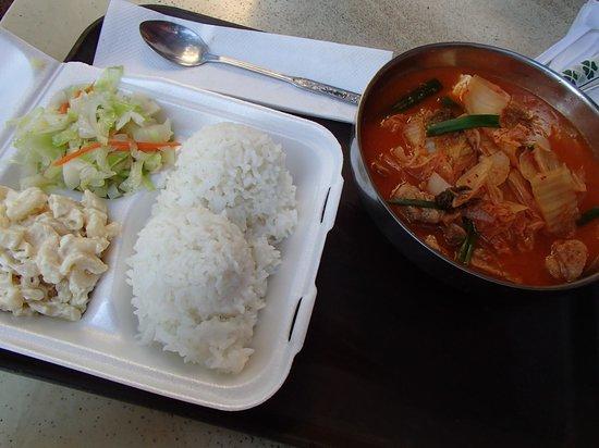 Me B-B-Q: 激辛のキムチスープ(ライス野菜付き)