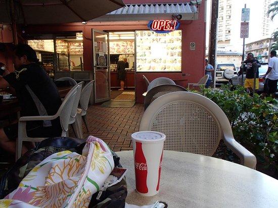 Me B-B-Q: 店の外のテーブルで食べる事も出来ます。