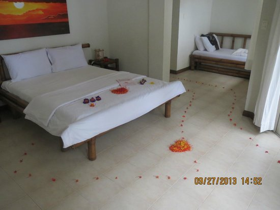 Sunset at Aninuan Beach Resort: Room made special for our honeymoon
