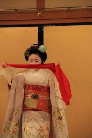 Gion Kobu Kaburenjo Theater: Maiko performing a dance