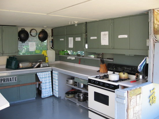 Tzoonie Wilderness Resort & Adventures: kitchen