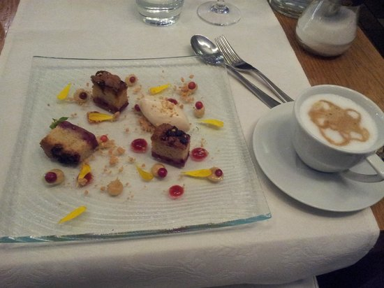 Restaurant Karljohan: Dessert - lingonberry cake with white chocolate ice cream