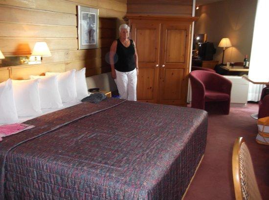 Hotel Gouverneur Rimouski : Lit king avec armoire antique