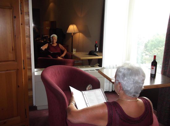 Hotel Gouverneur Rimouski : Coin en angle avec très belle vue sur le fleuve pour détente et un peu de lecture