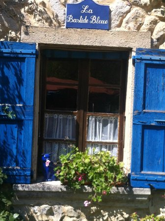 La Bastide Bleue : Pretty blue windows...a charming blue cat!