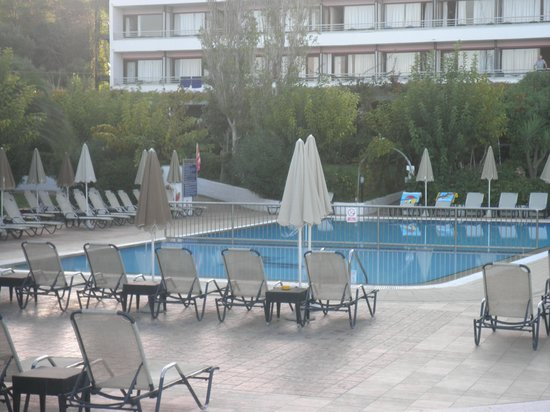Mediterranee Hotel: pool in the morning (people were still putting towels out)