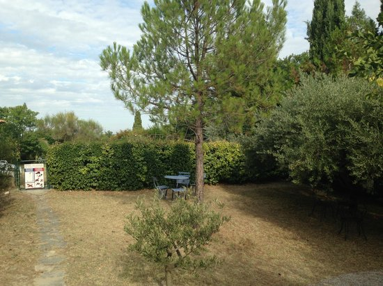 La Bastide Bleue: A quiet place to sit and picnice - near the pool
