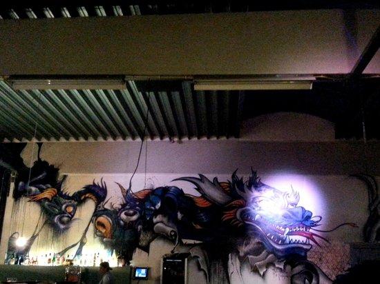 LE EN: Dragon theme on the garage walls