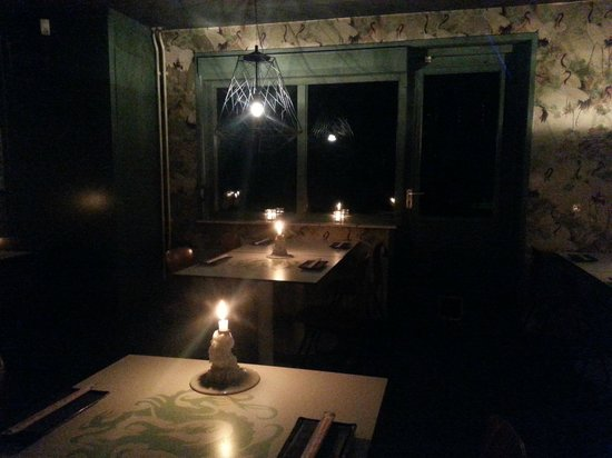 LE EN: A large space with different dining experiences