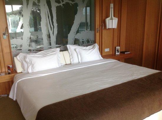 Onyria Marinha Edition Hotel & Thalasso: Vue intérieure sur lit et salle de bains