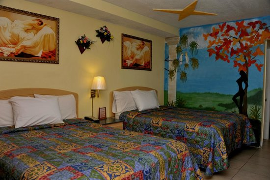 Tiki Hut Motel: One of the best beautiful design room with 2 queen size beds and nonsomkiing