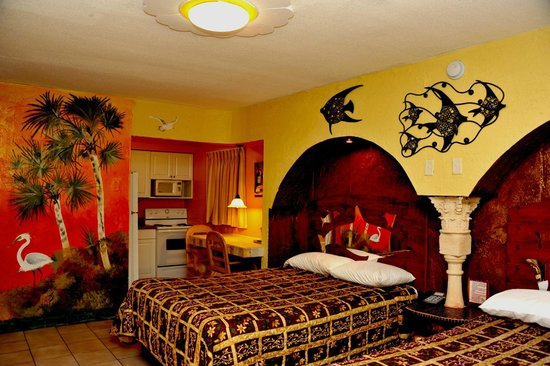 Tiki Hut Motel: Beautifully and unique style room with kitchen and 2 queen size beds