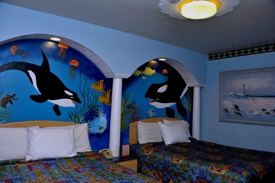 Tiki Hut Motel: Whale theme room with 2 queen size beds and smoking room