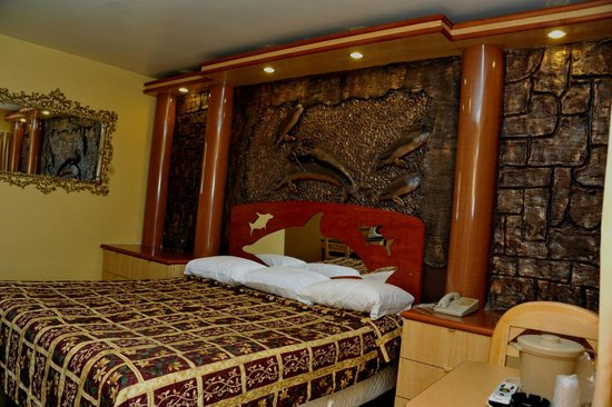 Tiki Hut Motel: Creative Design smoking room with king size bed