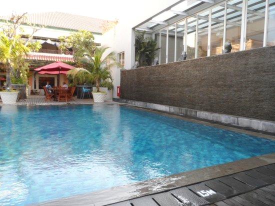 Novotel Solo: Coté piscine