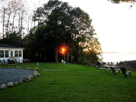 West Winds Motel & Cottages: Heading down to the dock to watch the sunset.